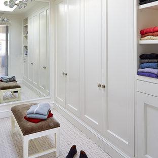 Inspiration för stora klassiska walk-in-closets för könsneutrala, med luckor med infälld panel, vita skåp och heltäckningsmatta
