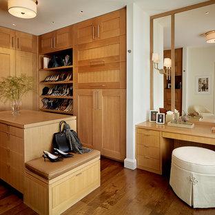 Foto de vestidor de mujer, tradicional renovado, grande, con puertas de armario de madera oscura, suelo de madera oscura, armarios estilo shaker y suelo marrón