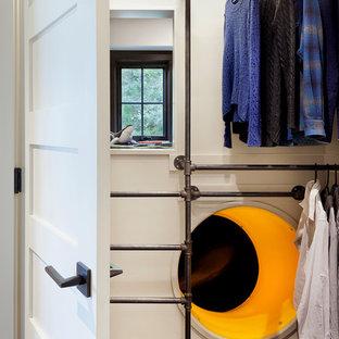 Ejemplo de armario unisex, rústico, pequeño, con suelo de madera oscura y suelo marrón