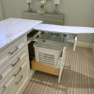 Idee per un'ampia cabina armadio per donna con ante lisce, ante bianche e moquette