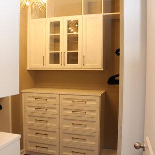 Foto de armario y vestidor de mujer, clásico renovado, de tamaño medio, con armarios estilo shaker, puertas de armario blancas, suelo de madera oscura y suelo marrón
