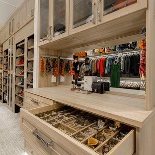 Modelo de armario vestidor unisex, tradicional renovado, grande, con armarios estilo shaker, puertas de armario de madera clara y moqueta