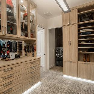 ダラスの広い男女兼用トランジショナルスタイルのおしゃれなフィッティングルーム (淡色木目調キャビネット、カーペット敷き、グレーの床) の写真