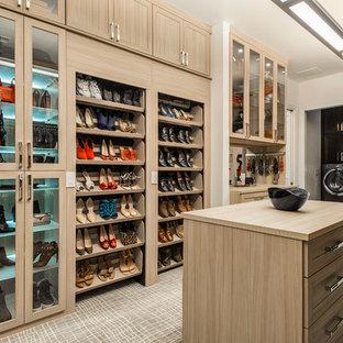 Idee per un grande spazio per vestirsi unisex classico con ante in legno chiaro, moquette e pavimento grigio