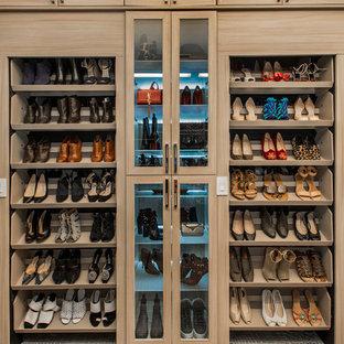 Imagen de armario vestidor unisex, tradicional renovado, grande, con armarios estilo shaker, puertas de armario de madera clara y moqueta
