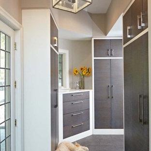 Esempio di una cabina armadio unisex contemporanea di medie dimensioni con ante lisce, ante in legno bruno, pavimento con piastrelle in ceramica e pavimento marrone