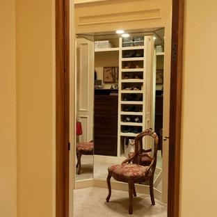 Diseño de vestidor unisex, tradicional, extra grande, con armarios abiertos, puertas de armario blancas, moqueta y suelo gris