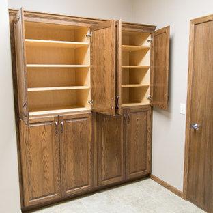 Imagen de vestidor de estilo americano, de tamaño medio, con armarios abiertos, puertas de armario de madera clara, suelo de baldosas de cerámica y suelo gris