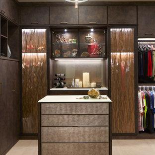 Réalisation d'un grand dressing room design neutre avec un placard à porte plane, des portes de placard marrons, un sol en carrelage de porcelaine et un sol beige.