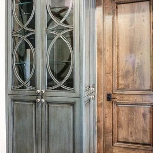 Imagen de armario rústico, pequeño, con armarios tipo vitrina, puertas de armario azules, suelo de mármol y suelo blanco