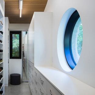 Kleiner, Neutraler Moderner Begehbarer Kleiderschrank mit flächenbündigen Schrankfronten, weißen Schränken, Betonboden und grauem Boden in Vancouver