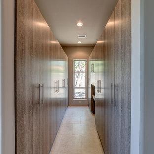 Ispirazione per una grande cabina armadio minimalista con ante lisce e ante con finitura invecchiata