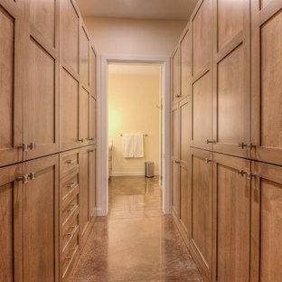 Ejemplo de armario y vestidor unisex, tradicional, con armarios estilo shaker, puertas de armario de madera oscura, suelo de cemento y suelo marrón