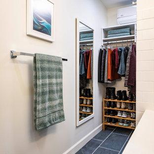 Foto di un piccolo spazio per vestirsi minimalista con pavimento in gres porcellanato e pavimento blu