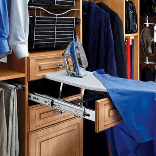 Modelo de armario vestidor de hombre, clásico, con armarios con paneles con relieve y puertas de armario de madera clara