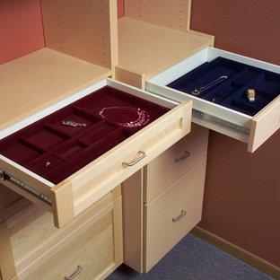 Diseño de armario y vestidor tradicional con armarios con paneles lisos, puertas de armario de madera clara, moqueta y suelo azul