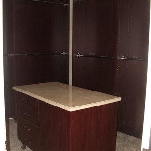 Diseño de armario vestidor unisex, mediterráneo, pequeño, con armarios abiertos, puertas de armario de madera en tonos medios, suelo de piedra caliza y suelo multicolor
