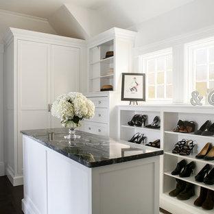 Immagine di uno spazio per vestirsi vittoriano con ante bianche e parquet scuro