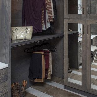 Inredning av ett rustikt stort walk-in-closet för könsneutrala, med öppna hyllor, skåp i mörkt trä och flerfärgat golv