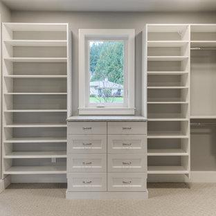 Modelo de vestidor unisex, tradicional renovado, de tamaño medio, con armarios estilo shaker, puertas de armario blancas, moqueta y suelo gris