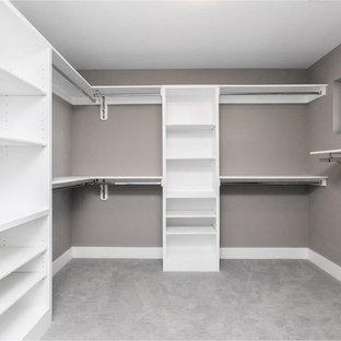 Foto de armario vestidor de mujer, moderno, de tamaño medio, con puertas de armario blancas, moqueta y suelo gris