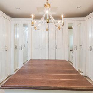 Imagen de armario vestidor unisex, tradicional renovado, extra grande, con armarios con paneles con relieve, puertas de armario blancas, suelo de mármol y suelo beige
