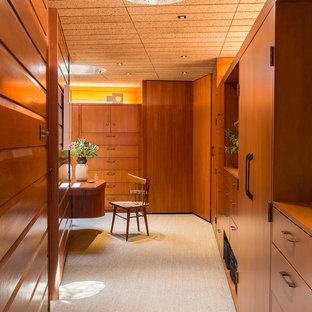 ロサンゼルスの男女兼用ミッドセンチュリースタイルのおしゃれなフィッティングルーム (フラットパネル扉のキャビネット、中間色木目調キャビネット、カーペット敷き、ベージュの床、板張り天井) の写真