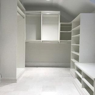 Modelo de armario vestidor unisex, clásico, grande, con puertas de armario blancas y suelo de mármol