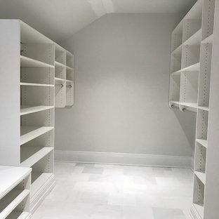 Imagen de armario vestidor unisex, clásico, grande, con puertas de armario blancas y suelo de mármol
