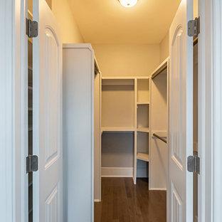 Modelo de armario vestidor unisex, de estilo americano, de tamaño medio, con puertas de armario blancas, suelo laminado, suelo marrón y armarios abiertos
