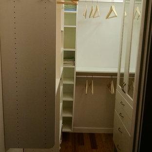 Idee per una grande cabina armadio chic con nessun'anta, ante bianche e pavimento in bambù