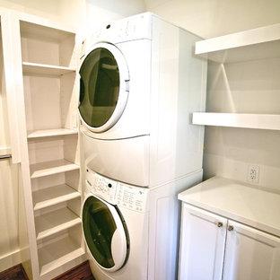 Modelo de armario vestidor unisex, tradicional renovado, de tamaño medio, con armarios con paneles empotrados, puertas de armario blancas y suelo de madera en tonos medios