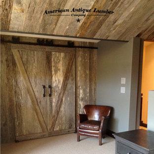 Esempio di una cabina armadio unisex american style di medie dimensioni con ante lisce, ante con finitura invecchiata, moquette e pavimento beige