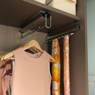 Imagen de armario unisex, pequeño, con armarios abiertos y puertas de armario de madera en tonos medios