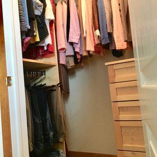 Modelo de armario vestidor rústico, pequeño, con armarios con paneles lisos, puertas de armario de madera clara, moqueta y suelo beige