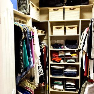 Diseño de armario vestidor unisex, tradicional, pequeño, con armarios abiertos, puertas de armario blancas y moqueta