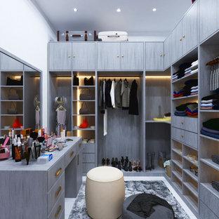 Idee per una piccola cabina armadio per donna minimalista con nessun'anta, ante in legno chiaro, pavimento in gres porcellanato e pavimento bianco