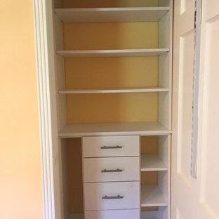 Imagen de armario unisex, tradicional renovado, pequeño, con armarios abiertos