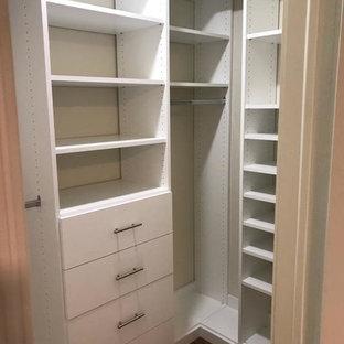 Modelo de armario vestidor unisex, tradicional renovado, pequeño, con armarios abiertos