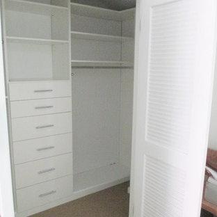 Modelo de armario vestidor unisex, moderno, pequeño, con armarios con paneles lisos y puertas de armario blancas