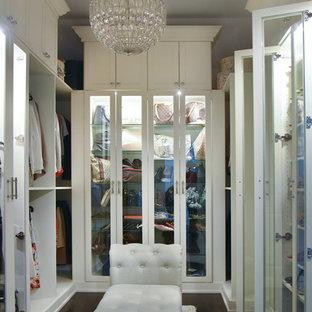 Exempel på ett mellanstort klassiskt walk-in-closet för kvinnor, med luckor med glaspanel, vita skåp, mörkt trägolv och brunt golv