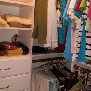 Foto de armario vestidor clásico, pequeño, con armarios con paneles lisos, puertas de armario blancas y suelo de madera clara
