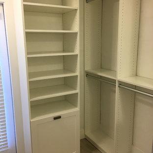 Foto de armario vestidor actual, pequeño, con armarios estilo shaker, puertas de armario blancas y suelo de baldosas de porcelana