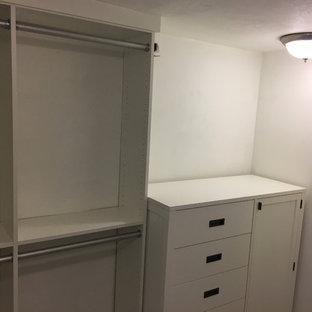 Diseño de armario vestidor de hombre, contemporáneo, pequeño, con armarios estilo shaker, puertas de armario blancas y suelo de baldosas de porcelana