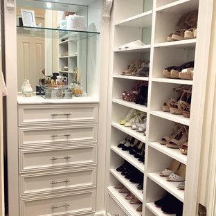Modelo de armario vestidor unisex, moderno, pequeño, con armarios estilo shaker y puertas de armario blancas
