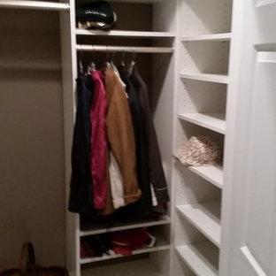 Imagen de armario vestidor unisex, tradicional, de tamaño medio, con armarios abiertos, puertas de armario blancas y suelo de mármol