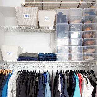 Diseño de armario unisex, bohemio, de tamaño medio, con suelo de madera clara y suelo beige