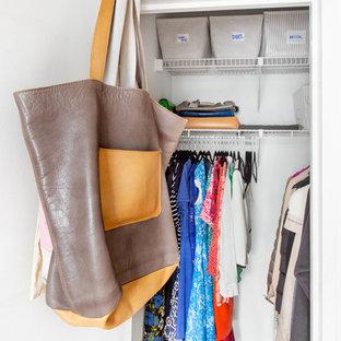 Foto de armario unisex, bohemio, de tamaño medio, con suelo de madera clara y suelo beige