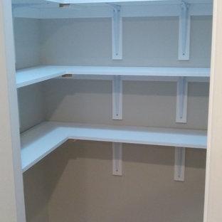 Foto på ett litet walk-in-closet för könsneutrala, med vinylgolv