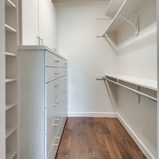 Modern Closet by Classic Urban Homes
